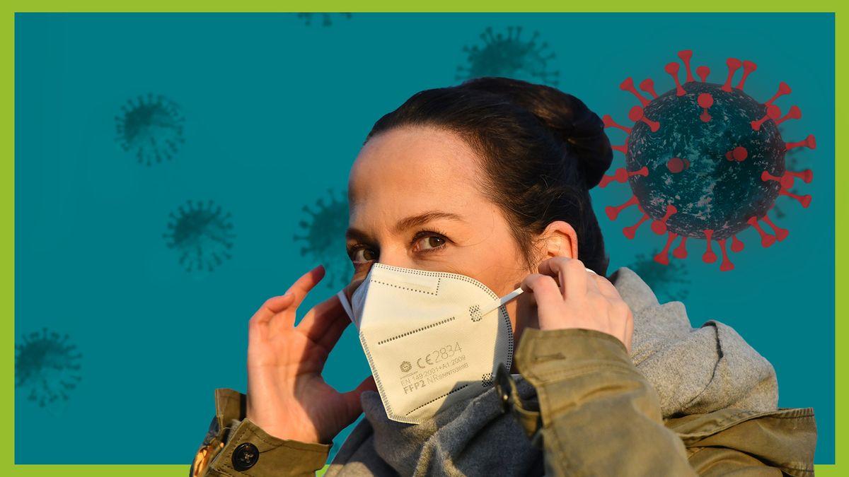 Eine Frau setzt eine FFP2-Maske auf. Dahinter Coronaviren auf türkisem Hintergrund.