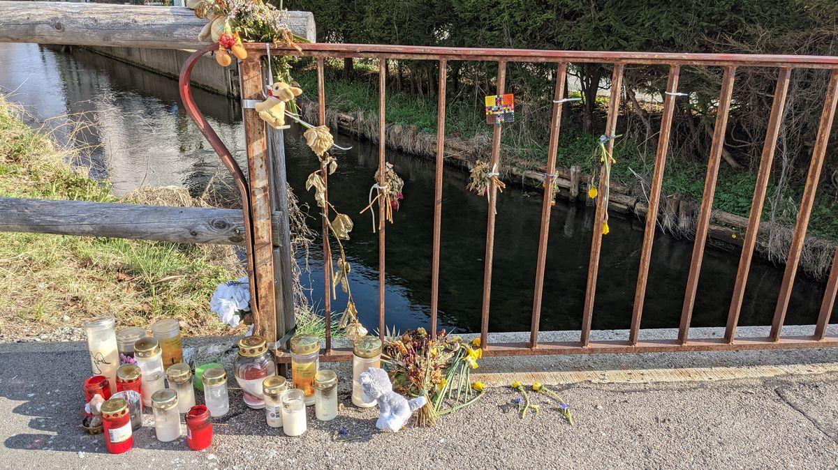 Blumen an Ort des Geschehens am Mindelkanal