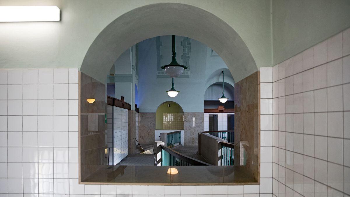 Blick in die Männerschwimmhalle eins mit ihrer Jugendstilarchitektur