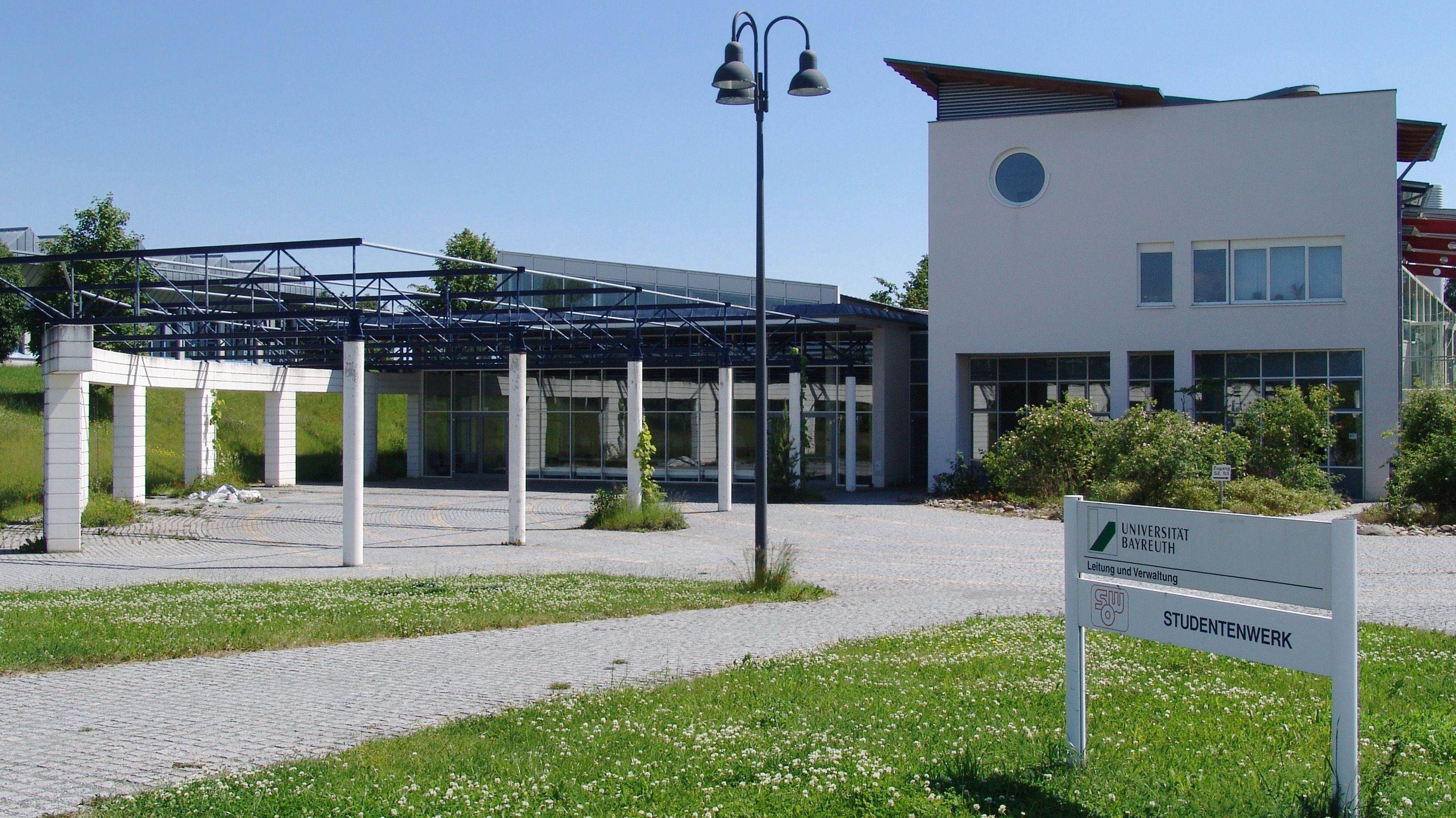 Ein Gebäude auf dem Gelände der Universität Bayreuth.