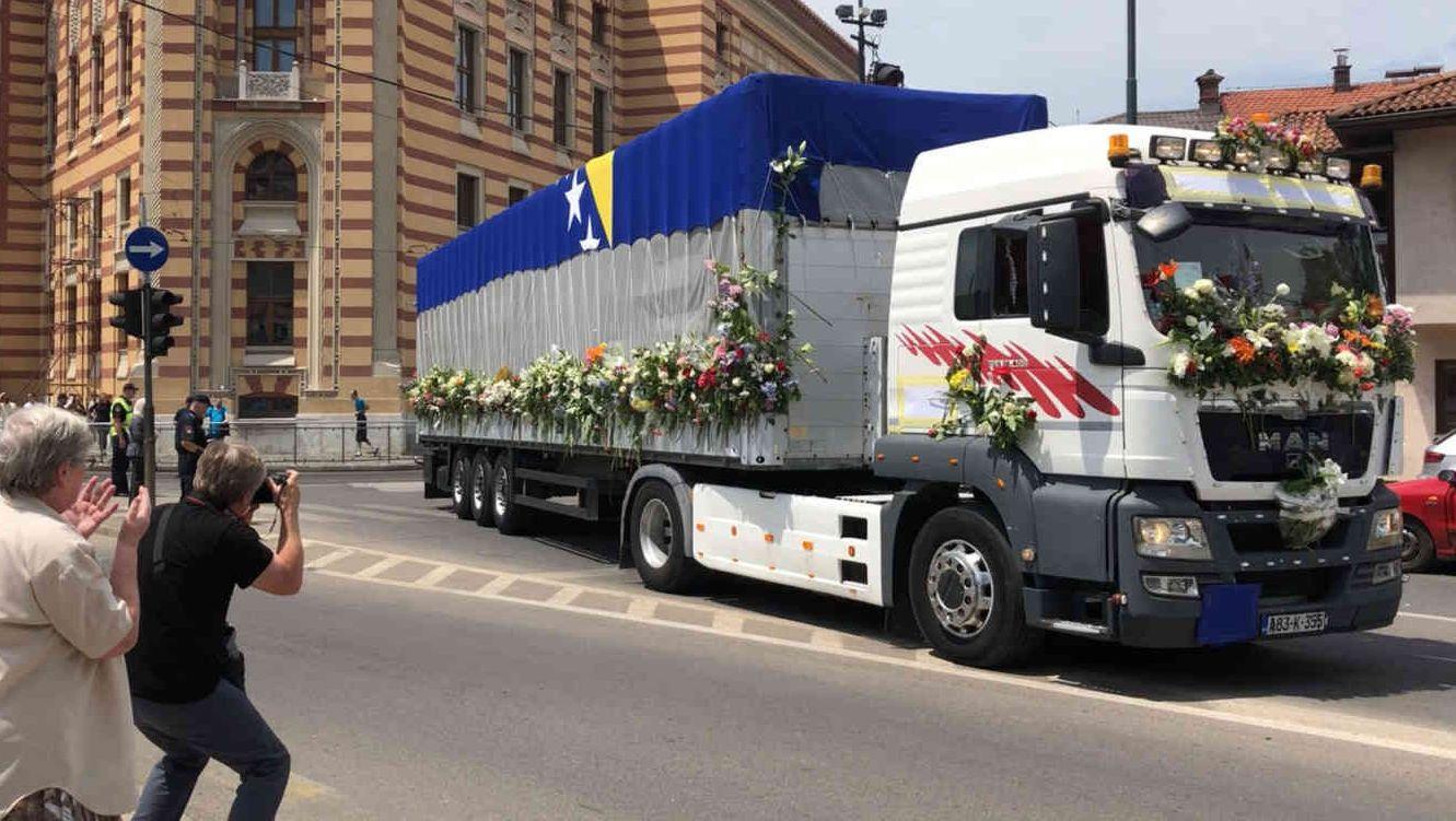 Ein LKW transportiert die menschlichen Überreste von 33 identifizierten Toten am 09.07.2019 nach Srebrenica/Potocari.