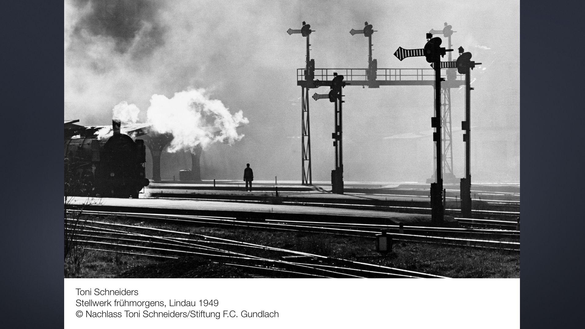 Gleisanlage mit Dampflock bei Lindau in den Morgenstunden