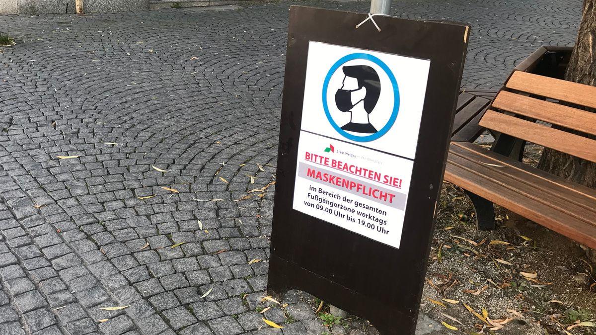 Eine Infotafel weist auf die Maskenpflicht in der Weidener Fußgängerzone hin.