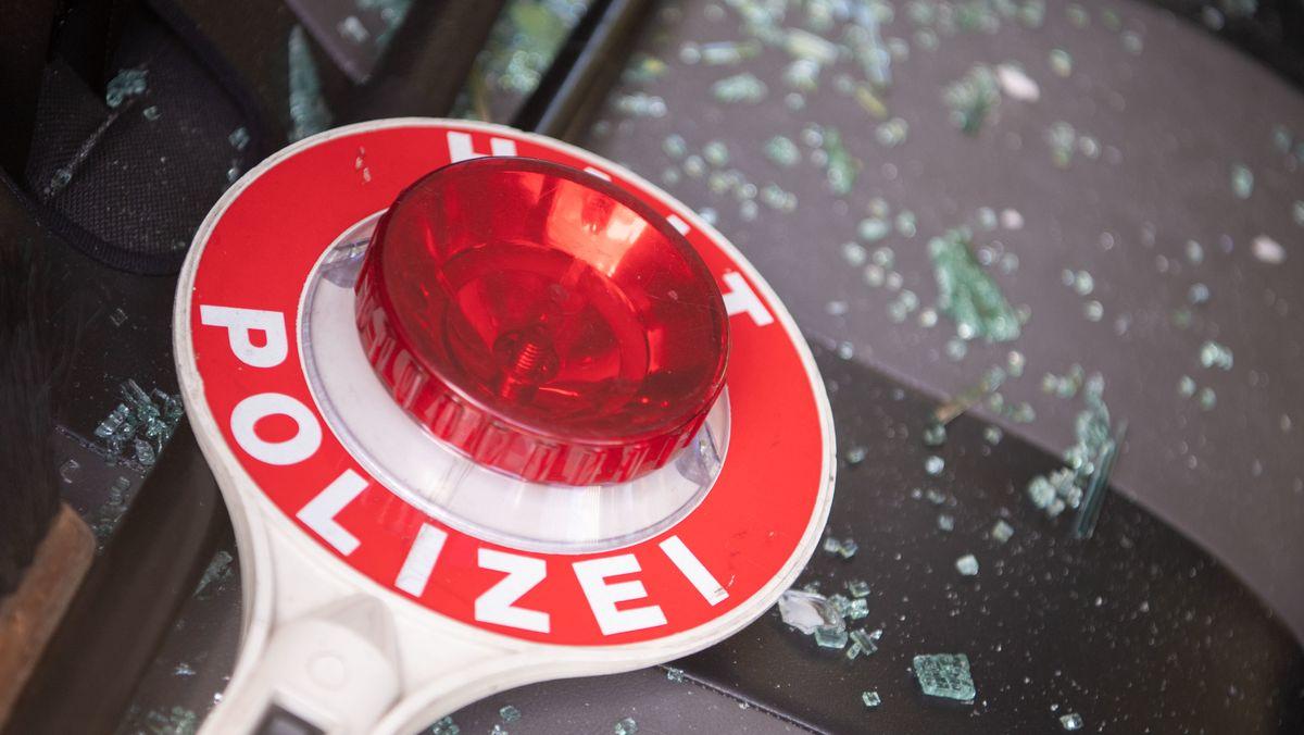 Stuttgart: Scherben neben einer Polizeikelle auf einem Autositz