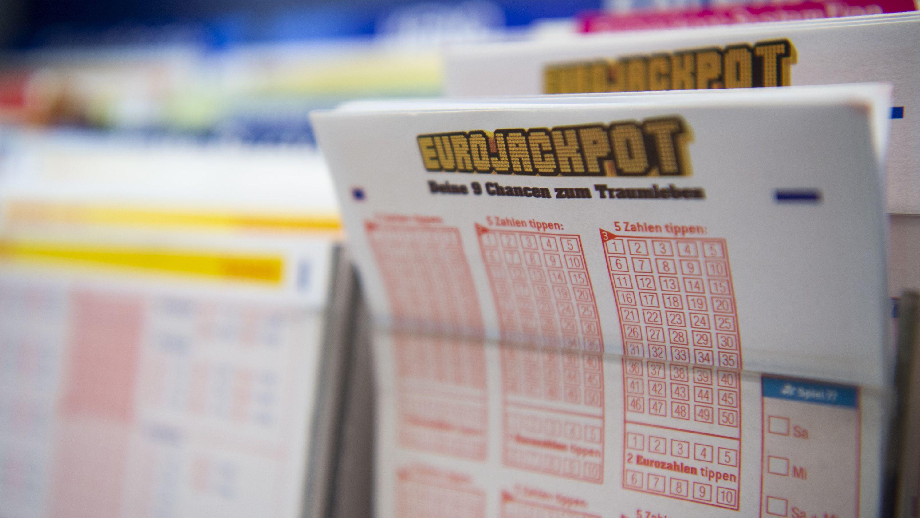 """In einem Kiosk liegen Lottoscheine des Spiels """"Eurojackpot""""."""