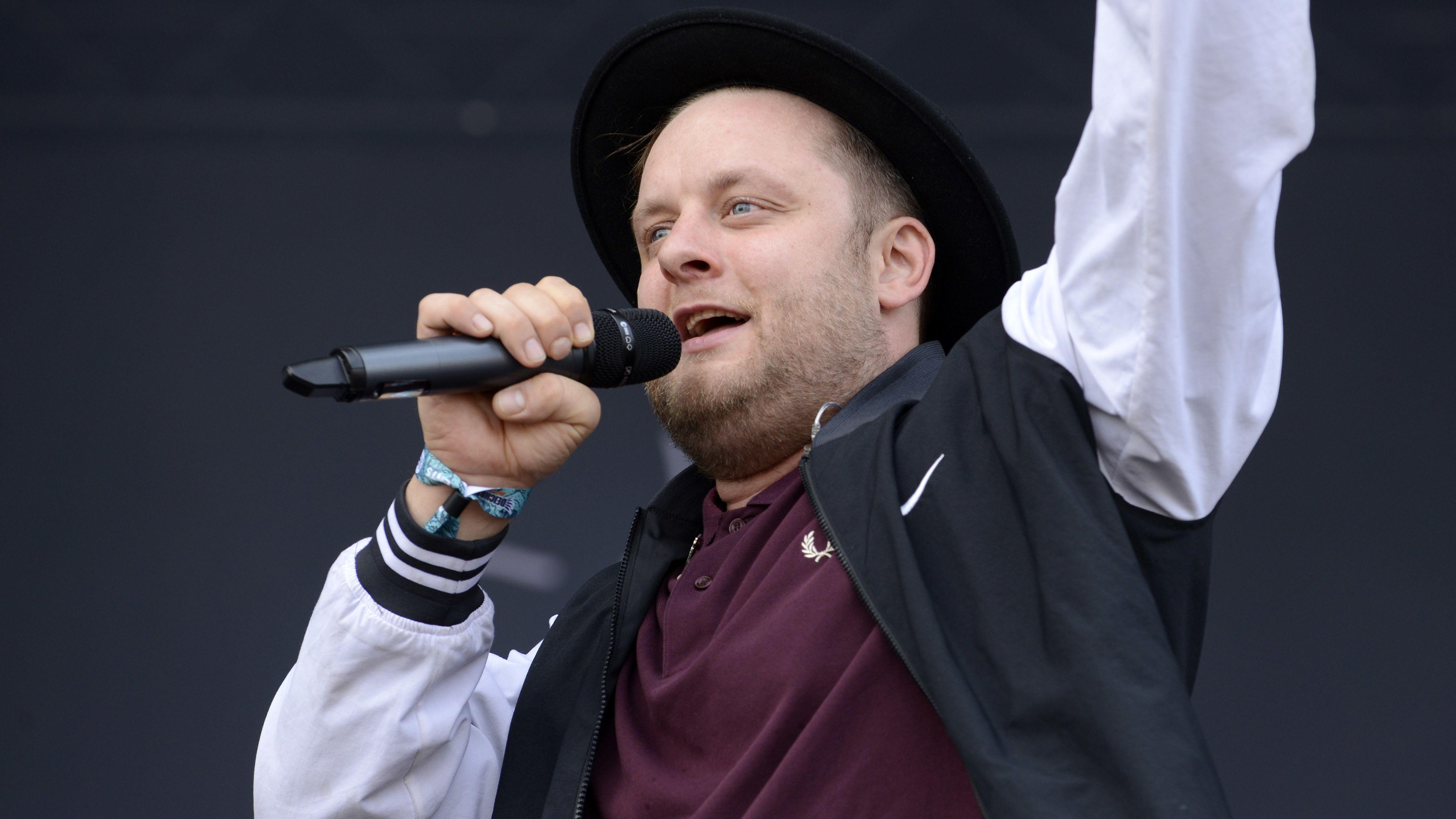 Rapper Fatoni auf der Bühne beim Deichbrand Festival in Cuxhaven (2017)