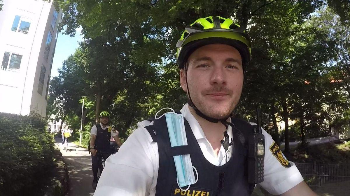 Die neue Fahrradstreife der Polizei in Straubing radelt durch eine Parkanlage