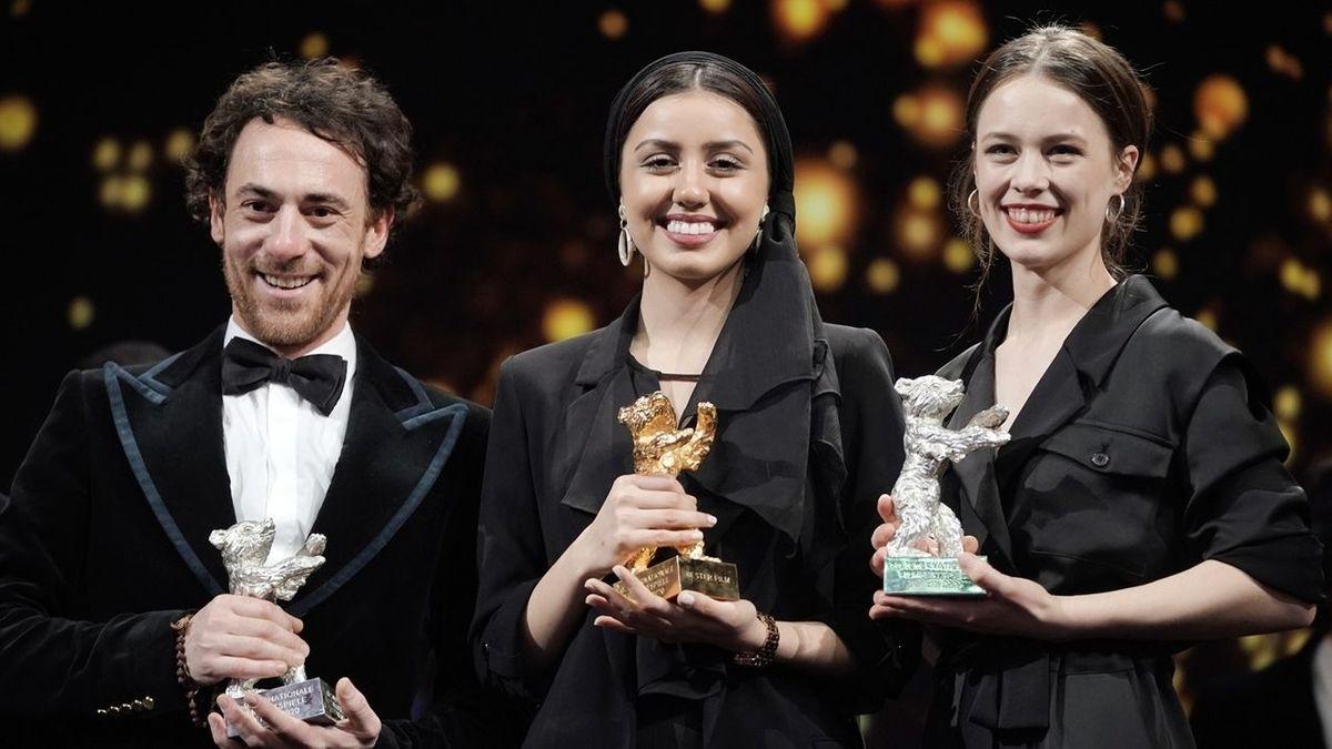 Schauspieler Elio Germano, Baran Rasoulof und Paula Beer mit ihren Berlinale-Bären