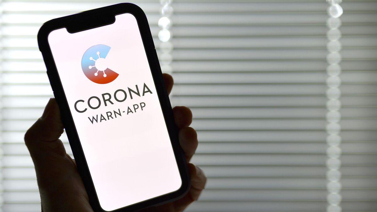 Smartphone mit Corona-Warn-App-Logo