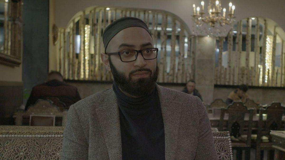 Imam Ahmad Popal in einem arabischen Restaurant in München