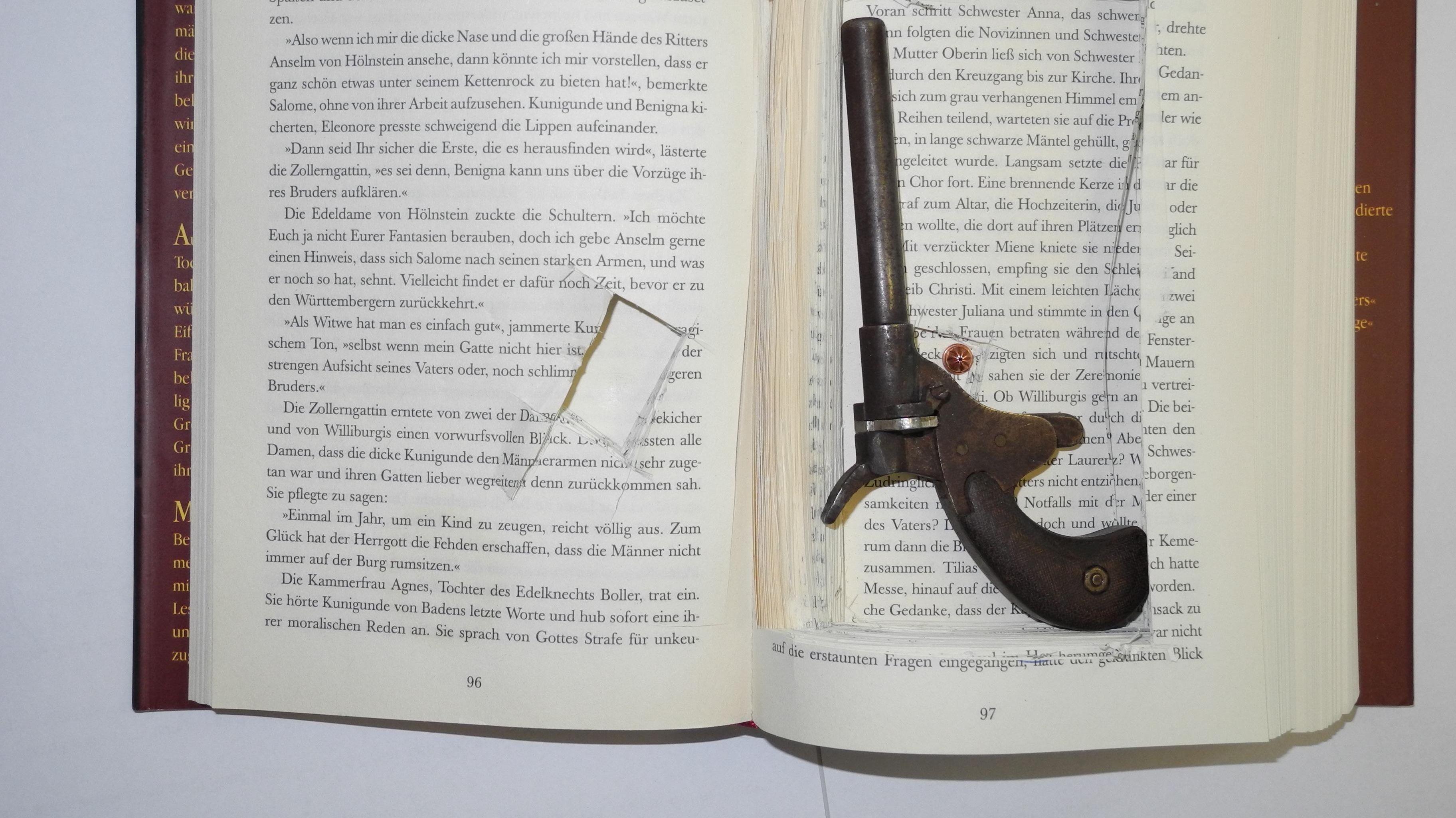 Buch mit Pistole