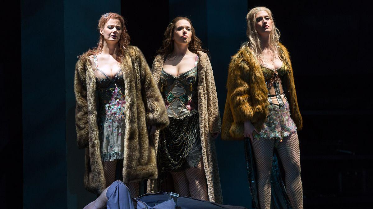 Drei Sängerinnen vor Siegfrieds Leiche