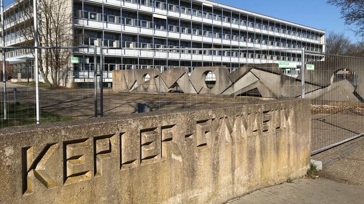 Das Kepler-Gymnasium in Weiden: Die Schulturnhallen können ab sofort als Krankenhaus genutzt werden.