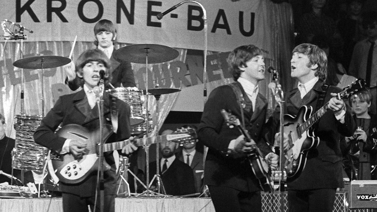 Die Beatles, (l-r) George Harrison, Paul McCartney, John Lennon und im Hintergrund am Schlagzeug Ringo Starr, treten am 24.06.1966 im Circus Krone-Bau in München auf.