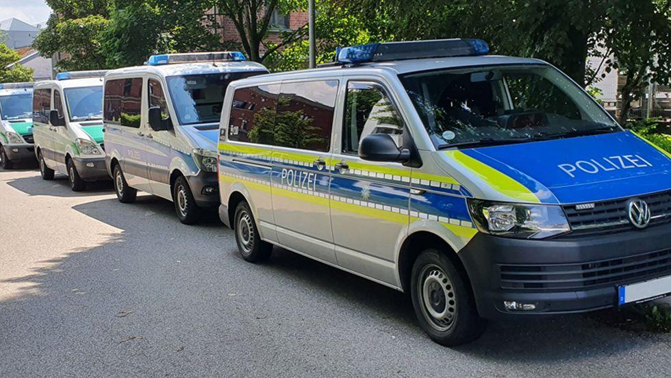 Geparkte Einsatzwagen der Polizei in Schwaben