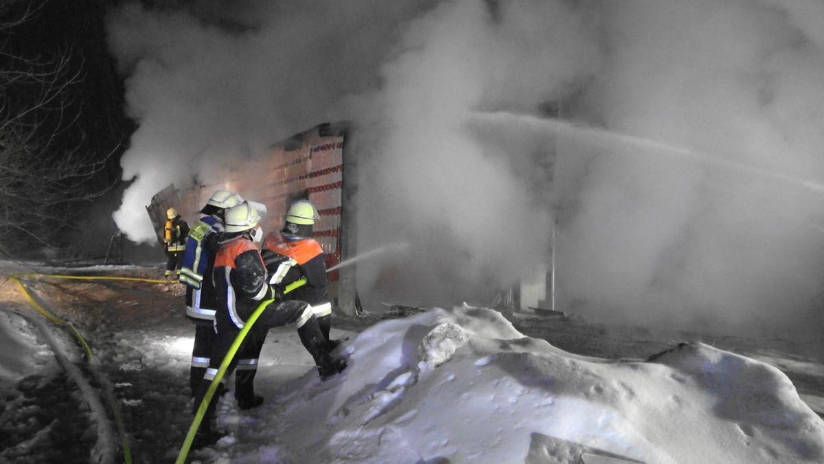 Feuerwehren bei Löscharbeiten an einem Pferdestall bei Bärnau.