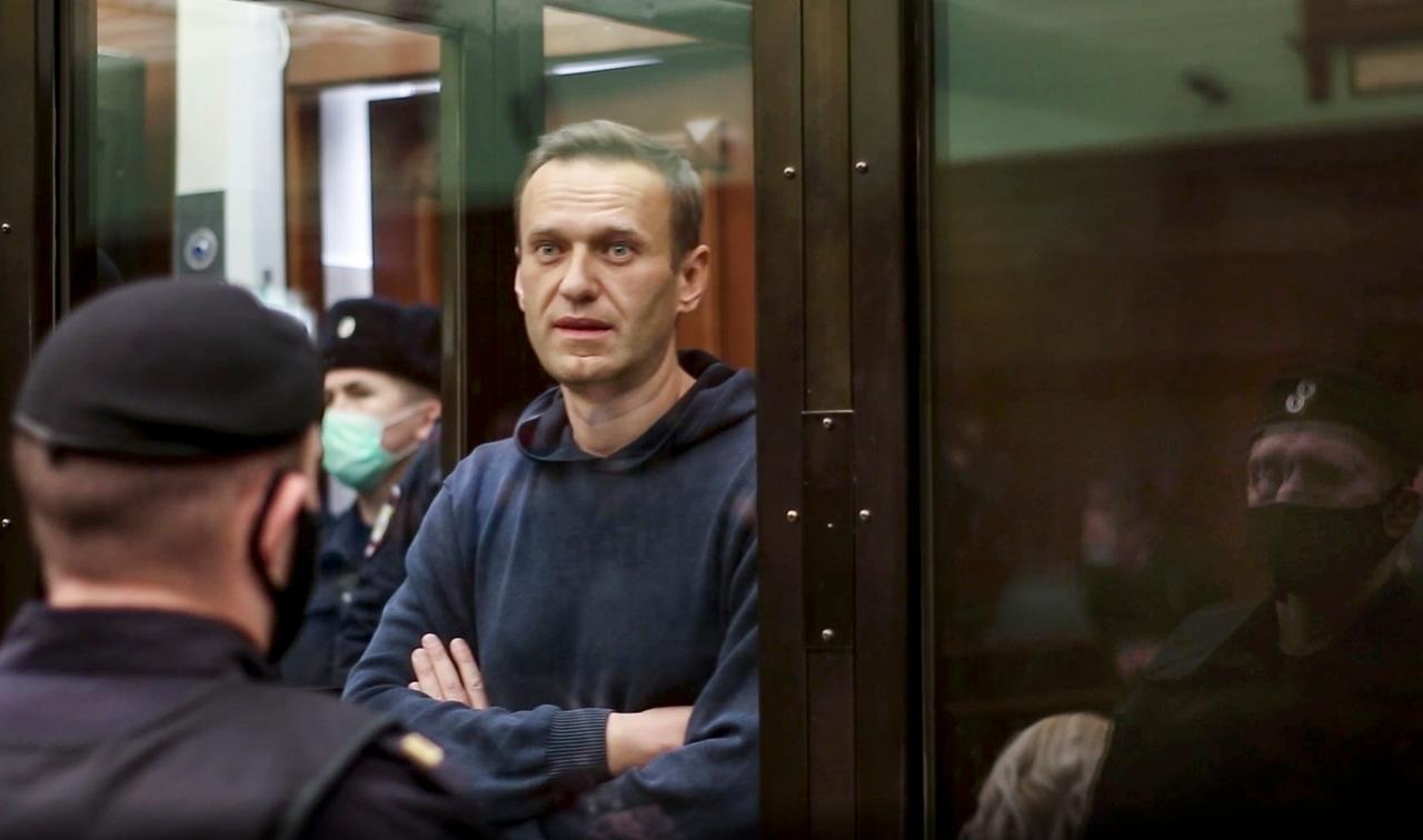 02.02.2021, Russland, Moskau: Dieses vom Moskauer Gericht zur Verfügung gestellten Foto zeigt den russischen Oppositionsführer Alexej Nawalny (M) im Gerichtssaal. Der Kremlgegner Alexej Nawalny wird wie erwartet durch ein Moskauer Gerichtsurteil für Jahre politisch kalt gestellt. Foto: Uncredited/Moscow City Court/AP/dpa - ACHTUNG: Nur zur redaktionellen Verwendung im Zusammenhang mit der aktuellen Berichterstattung und nur mit vollständiger Nennung des vorstehenden Credits +++ dpa-Bildfunk +++