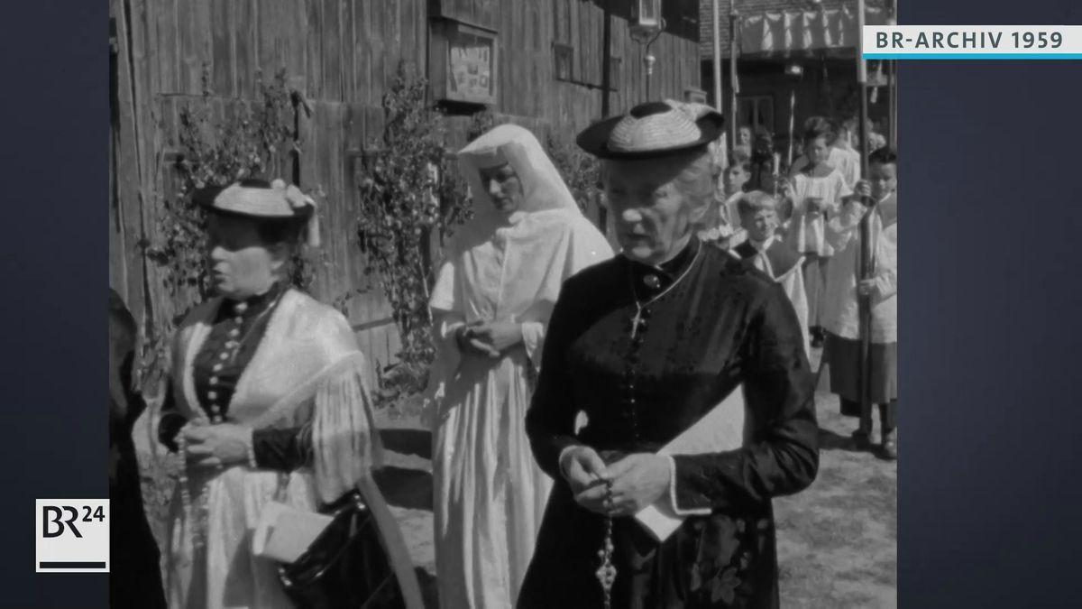Dorfbewohner bei der Fronleichnams-Prozession