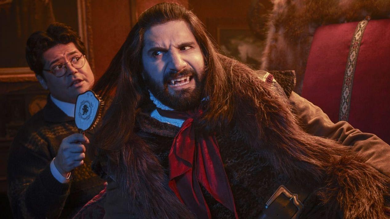 Der menschliche Vertraute Guillermo kämmt die langen Haare des Vampirs Nandor.