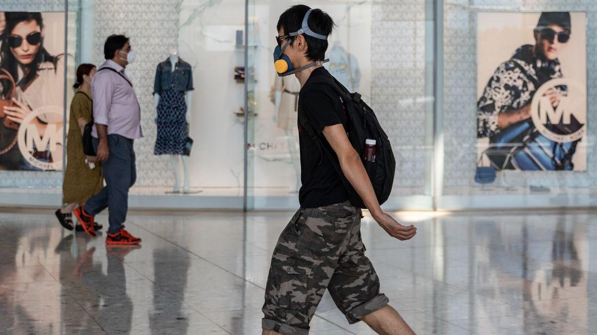 Ein Mann, der vorsorglich eine Gesichtsmaske trägt, geht während der Coronavirus-Krise an einem geschlossenen Geschäft vorbei.