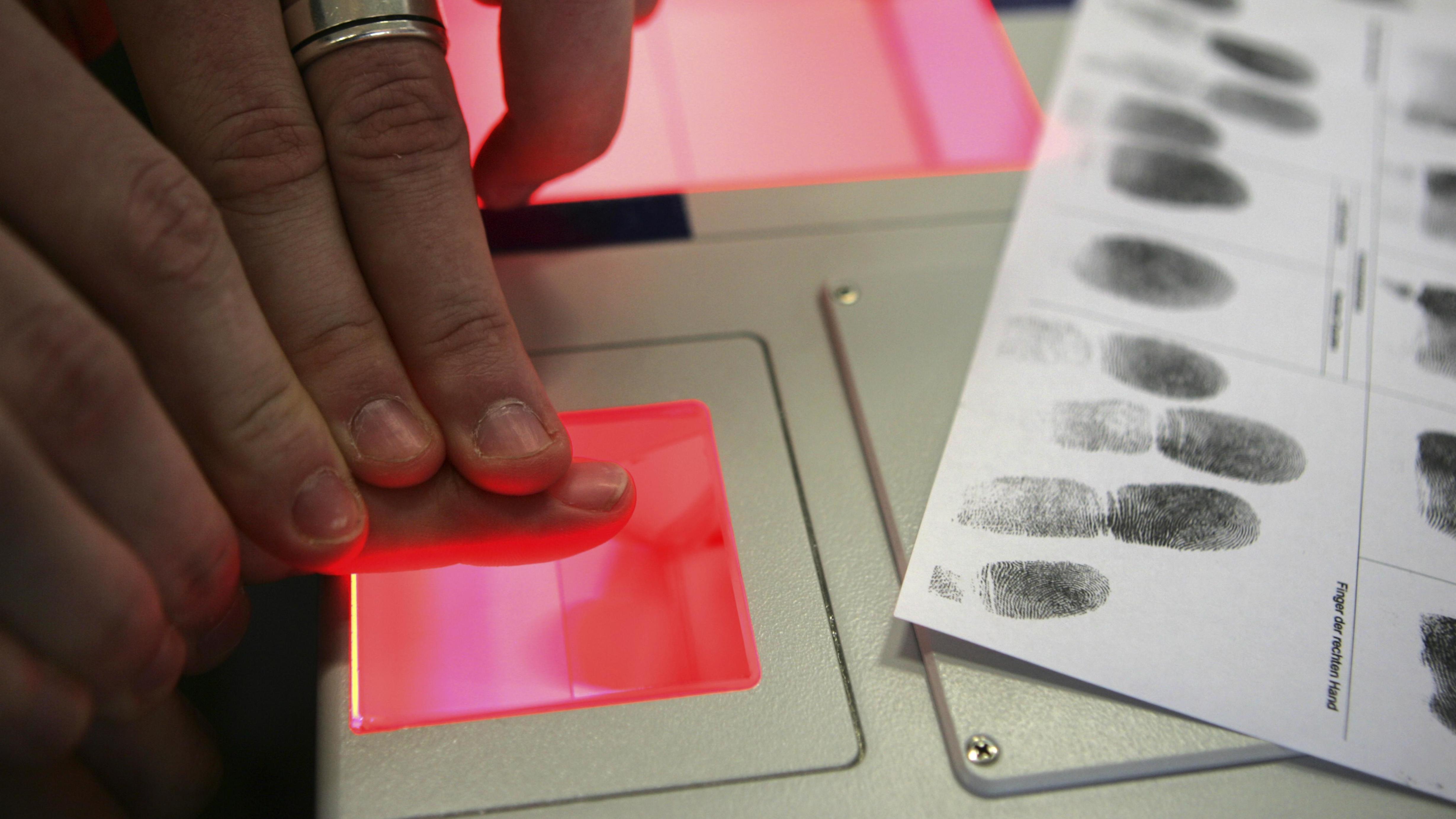 Symbolbild: Fingerabdrücke für Computerdatenbank