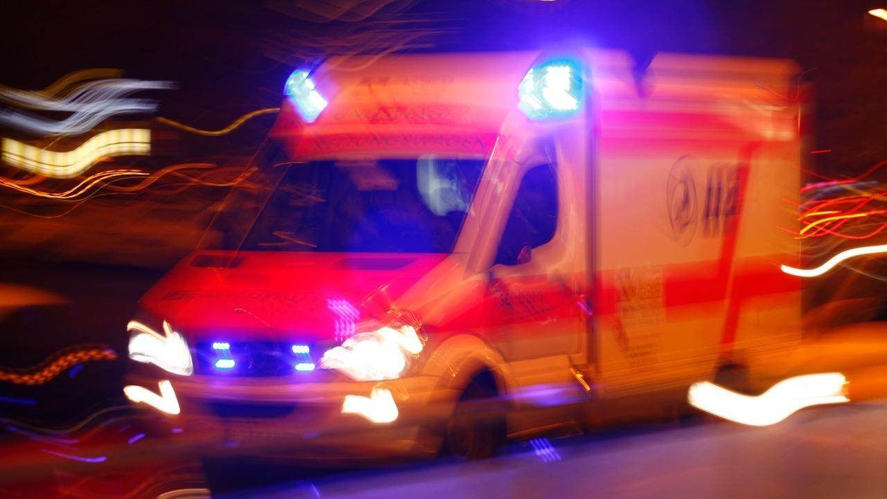 Rettungswagen mit Blaulicht bei Nacht (Symbolbild)