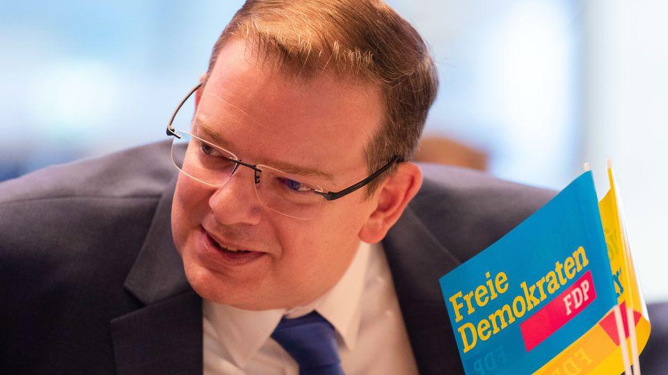 Ulrich Lechte, der Kandidat für den Vorsitz der FDP Bayern und Mitglied des Deutschen Bundestages, spricht beim Landesparteitag mit einem Delegierten.