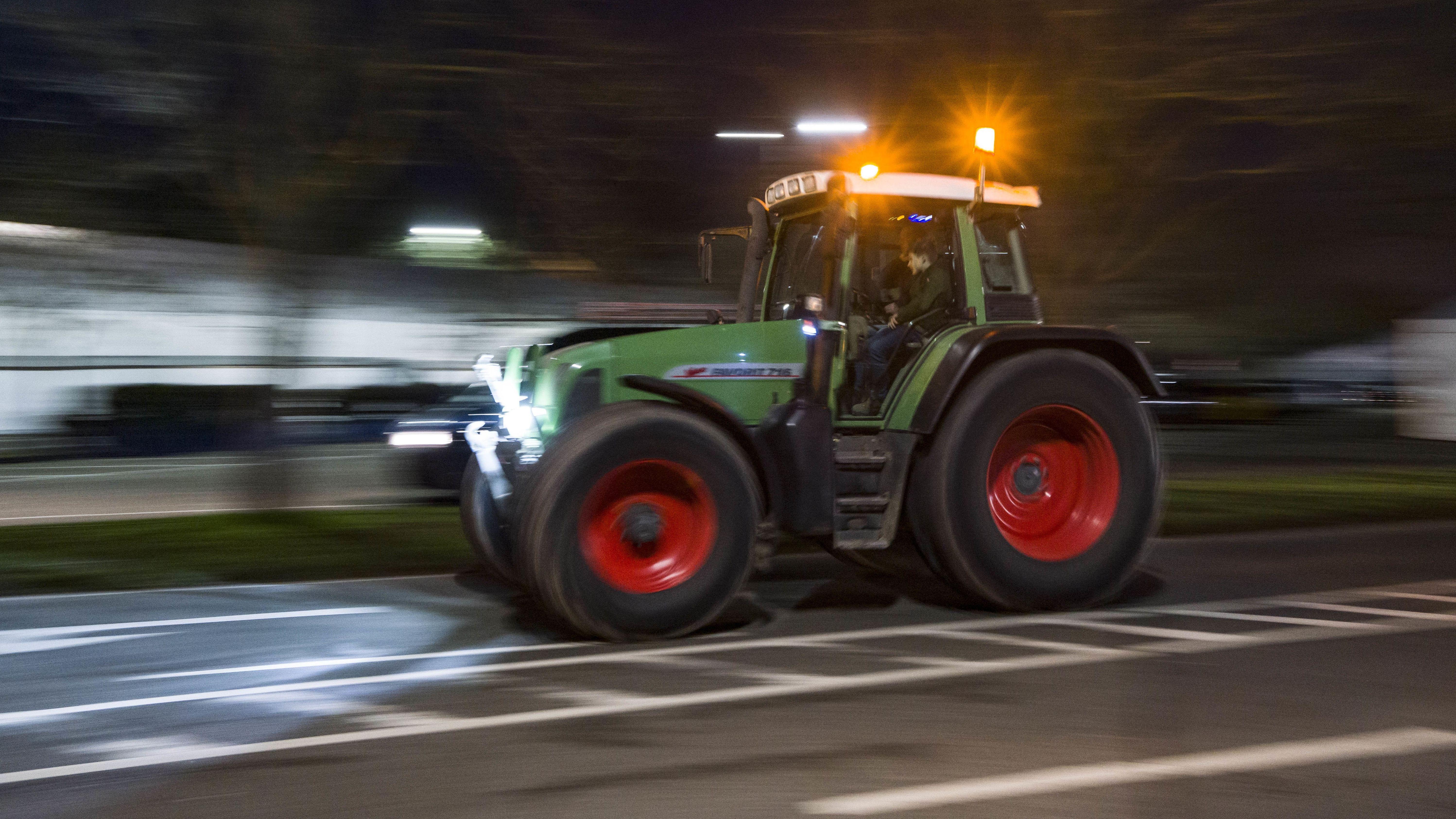 Symbolbild: Ein Traktor in der Nacht