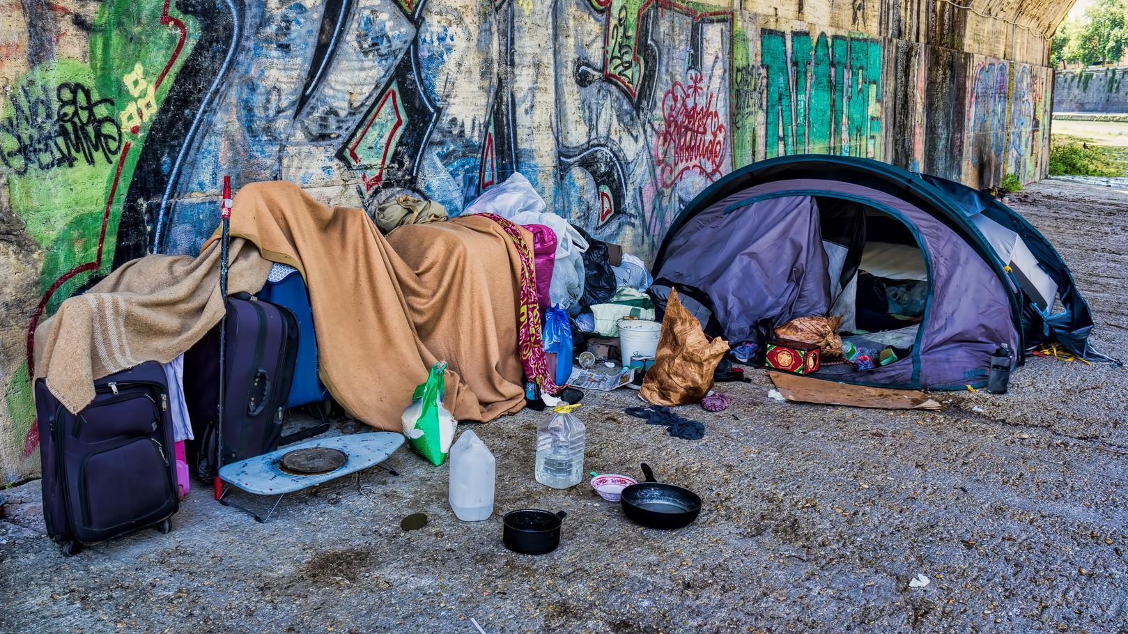 Zelt unter einer Unterführung - Schlafplatz eines Obdachlosen