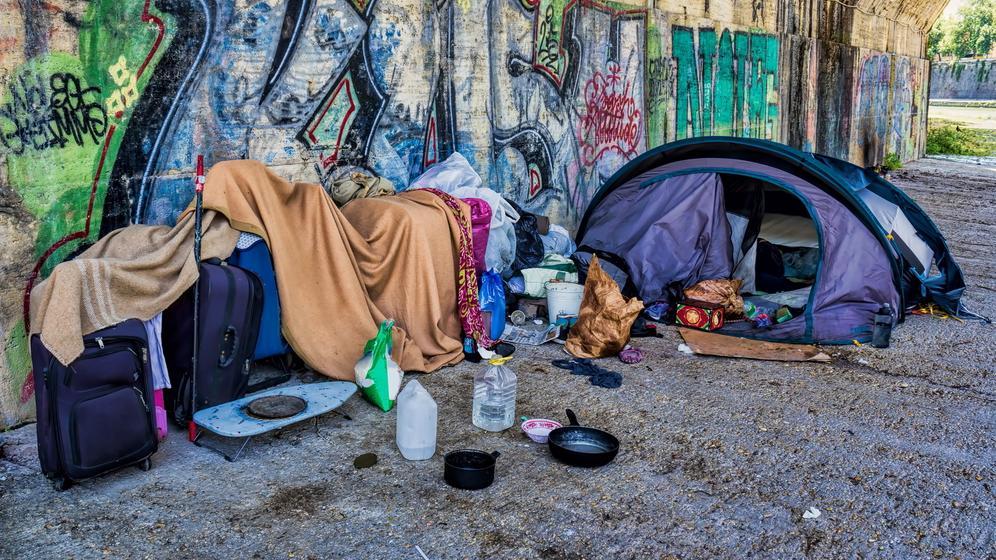 Zelt unter einer Unterführung - Schlafplatz eines Obdachlosen | Bild:BR Bild