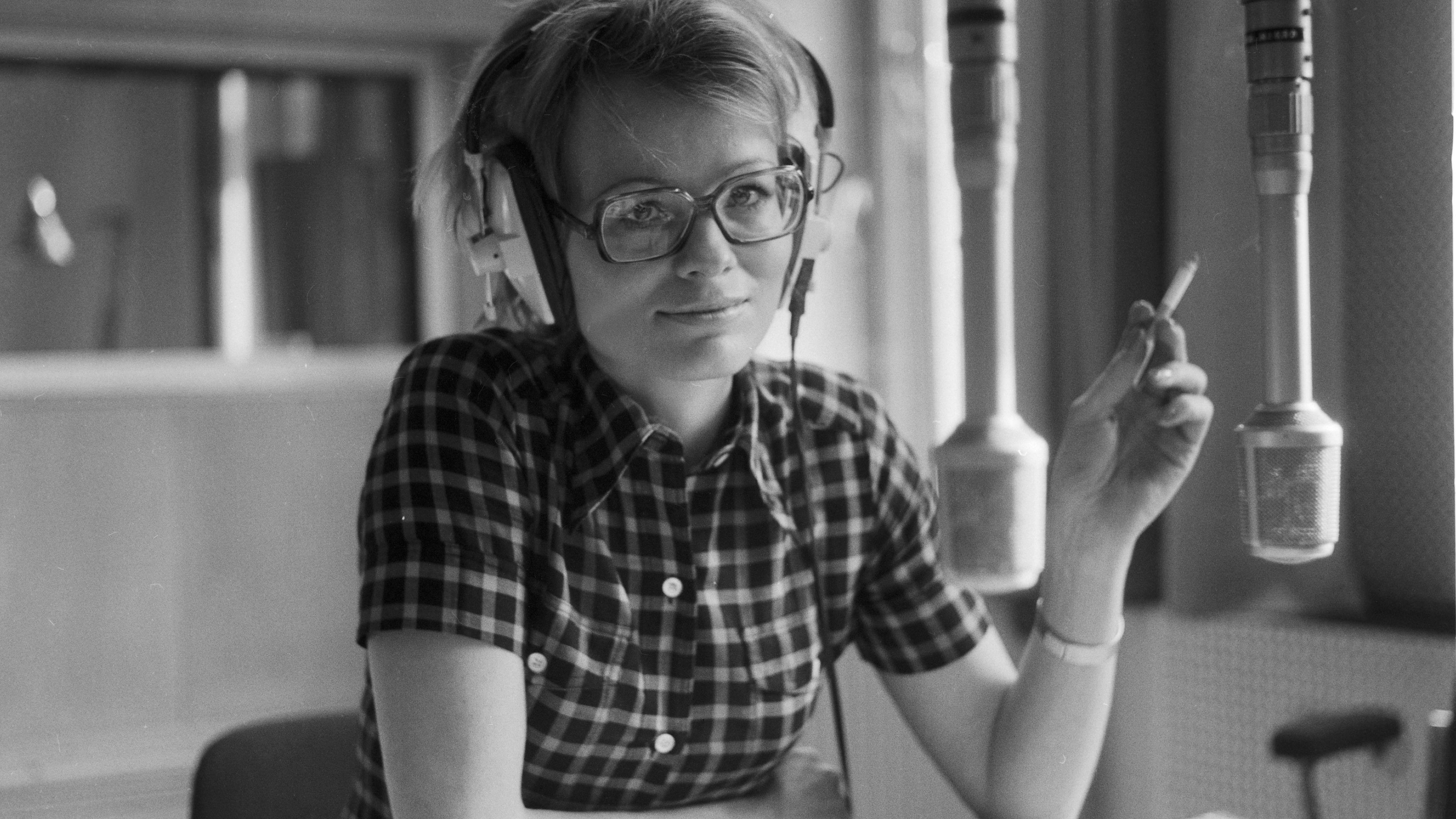 Wibke Bruhns Ende der 1960er in einem Hörfunkstudio