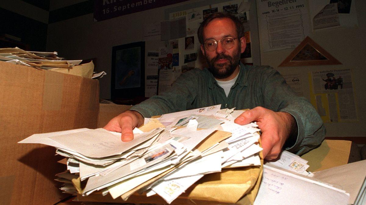 Archivbild: Bis zu 52 Kilogramm Post landeten 1995 täglich bei Christian Weisner, Mitinitiator der Unterschriftenaktion zur Reformierung der katholischen Amtskirche.