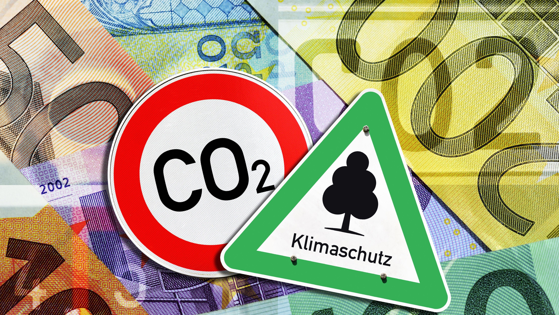 Klimaschutz-Schild und CO2-Verbotsschild vor Geldscheinen