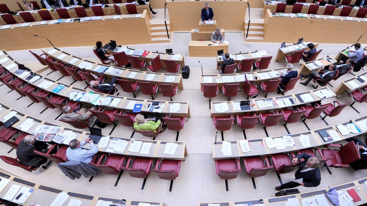 Blick ins Plenum des Bayerischen Landtags (Archivbild) - Alle aktuellen und viele ehemalige Mitglieder des Landtags sind auf Sekten-Liste erfasst