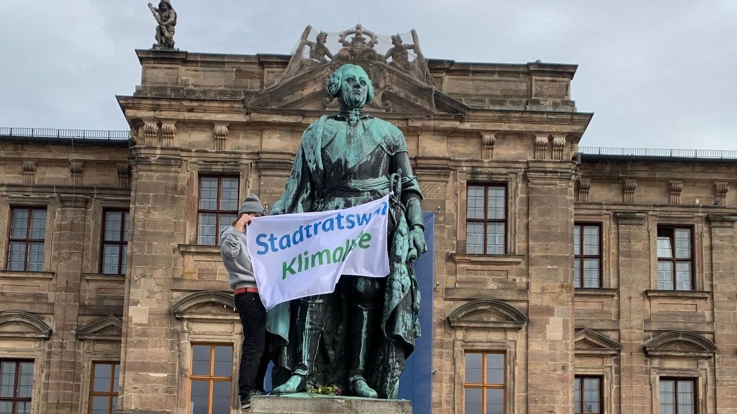 Fridays-For-Future-Aktivist auf der Friedrich-Alexander-Statue in Erlangen