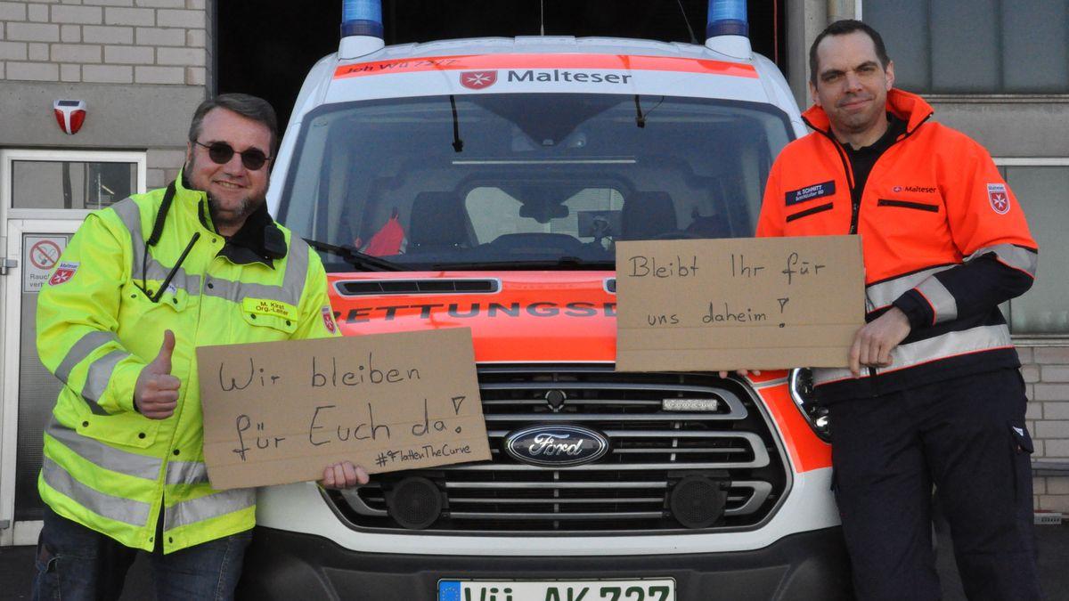 Manfred Kirst (links) und Manuel Schmitt (rechts) vom Malteser Rettungsdienst Würzburg bitten dringend darum, die sozialen Kontakte einzudämmen, damit der Rettungsdienst und Krankentransport weiter helfen können.