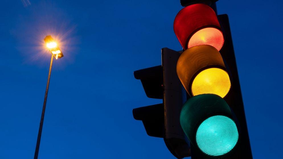 Eine Ampel zeigt am frühen Morgen die Farben rot, gelb und grün    Bild:dpa-Bildfunk/Marijan Murat