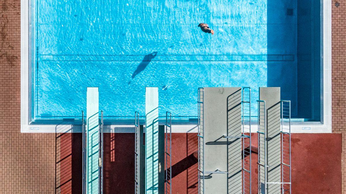Sprunganlage und leeres Becken im Aquatherm-Freibad in Straubing