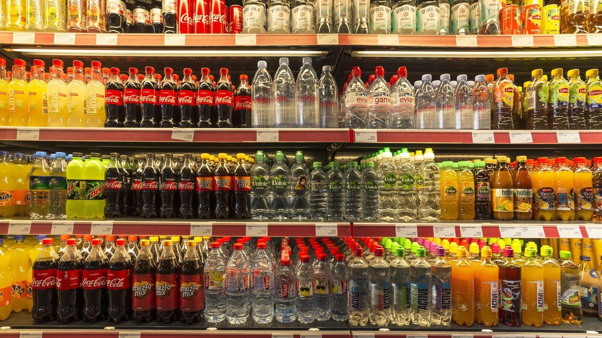 Getränkeflaschen in einem Kühlregal (Symbolbild)