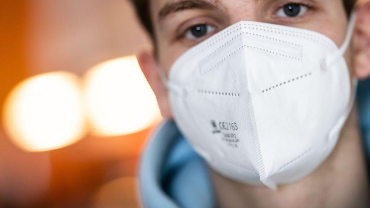 Ein junger Mann trägt eine FFP2-Maske