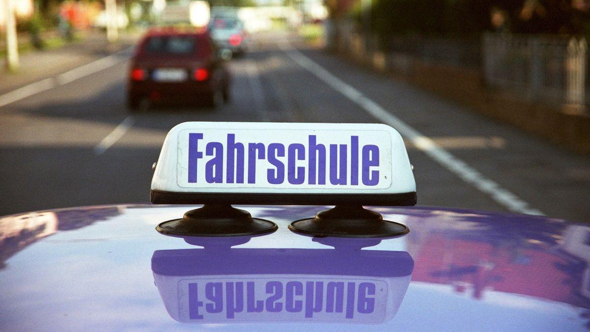Ein Fahrschulauto auf einer Übungsfahrt in Bonn.