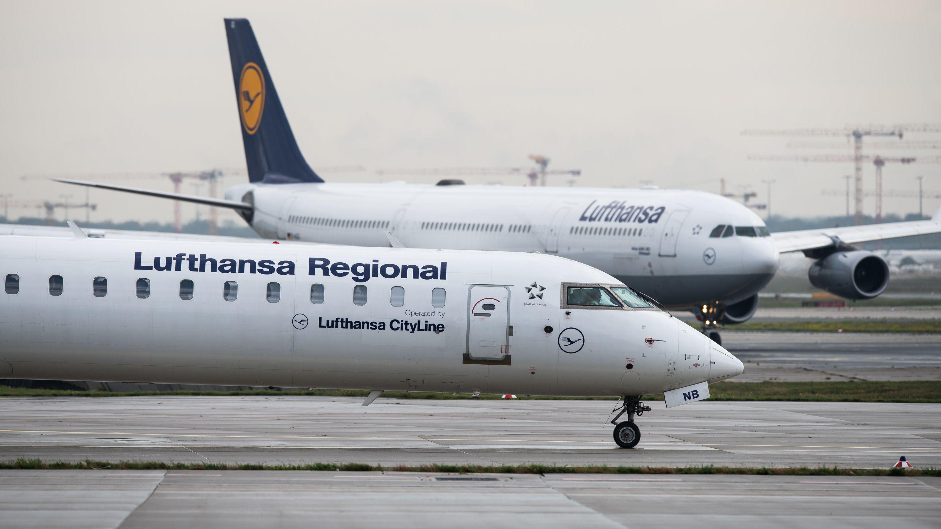 Ein Passagierflugzeug der Lufthansa CityLine (vorne), rollt Richtung Startbahn auf dem Frankfurter Flughafen.