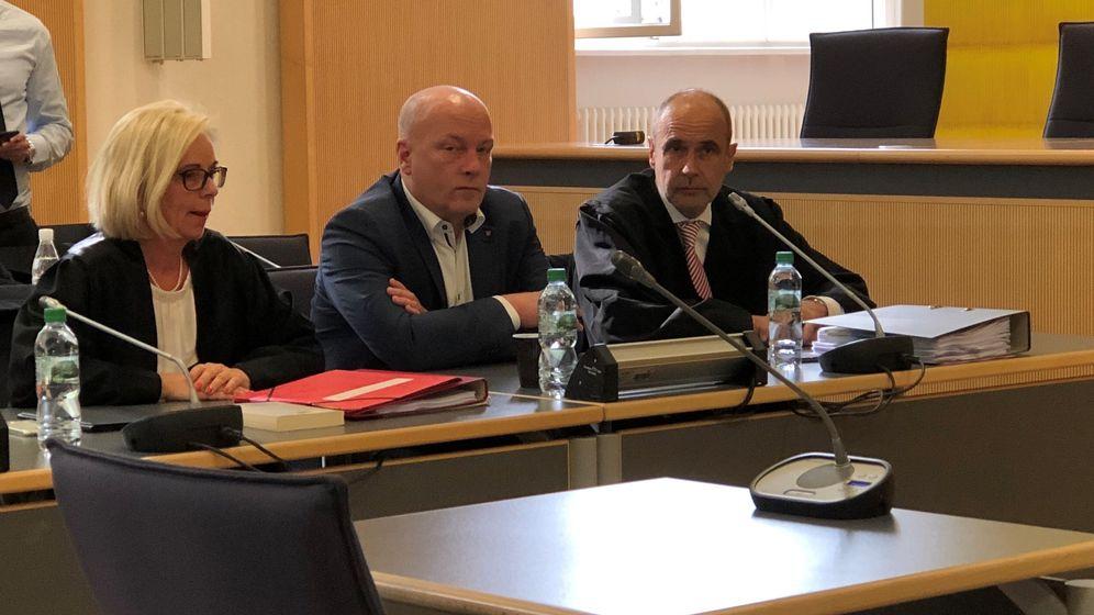 Der suspendierte OB Joachim Wolbergs (ehem. SPD) mit seinen Verteidigern | Bild:BR/Andreas Wenleder