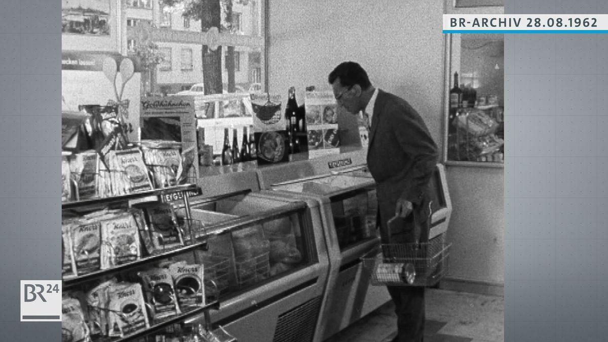 Mann im Supermarkt vor Tiefkühlregal