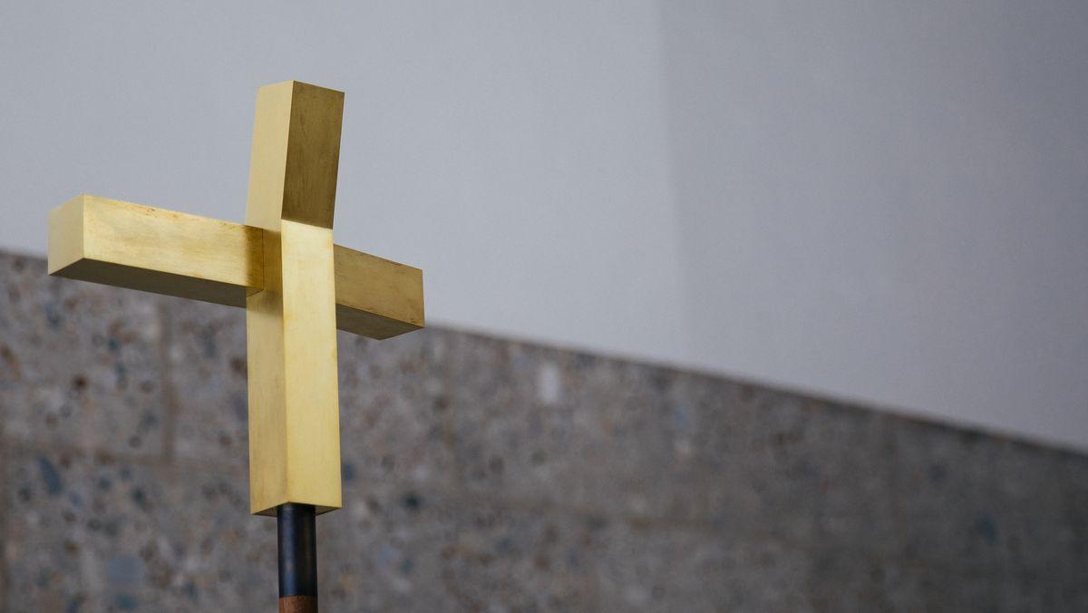 Goldenes Kreuz in einer Kirche