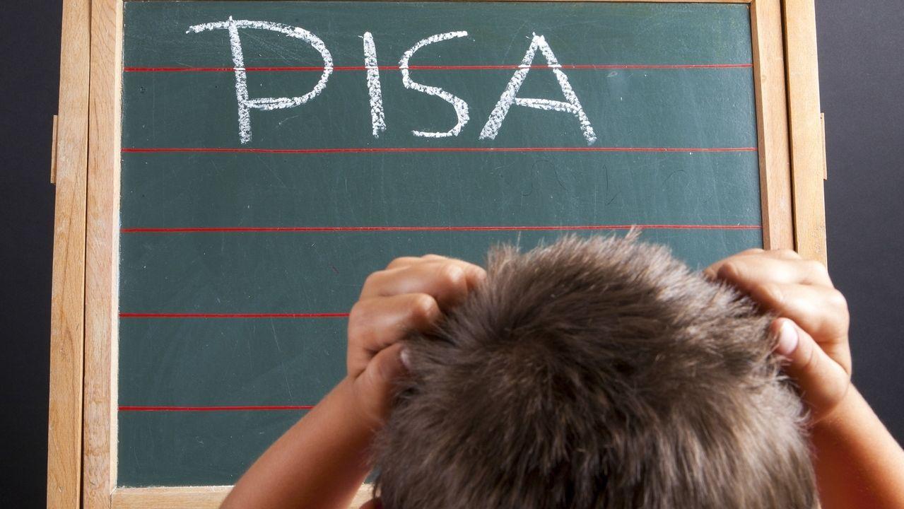 Schüler sitzt vor einer Tafel mit der Aufschrift PISA
