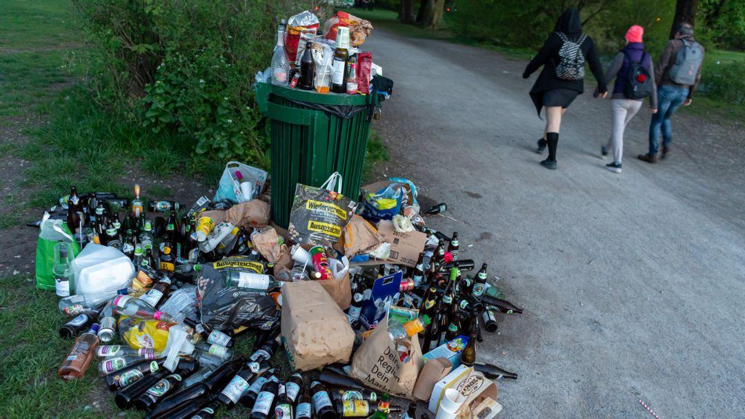 Bierflaschen im Englischen Garten in München