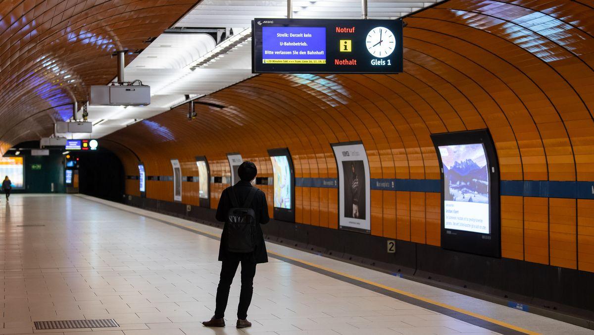 Trotz des Warnstreiks warten ein Fahrgast am U-Bahnhof Marienplatz. Verdi fordert in der laufenden Tarifrunde für die bundesweit 2,3 Millionen Beschäftigten im öffentlichen Dienst 4,8 Prozent mehr Lohn, mindestens aber 150 Euro mehr im Monat.
