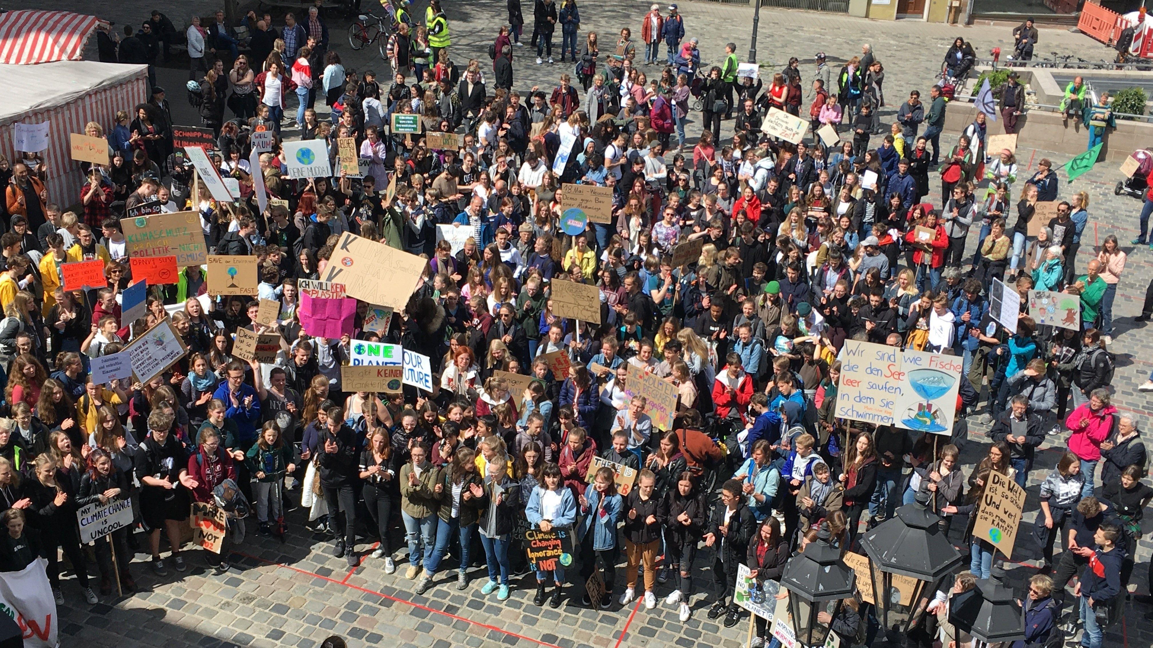 Streikende vor der Nürnberger Loreunzkirche