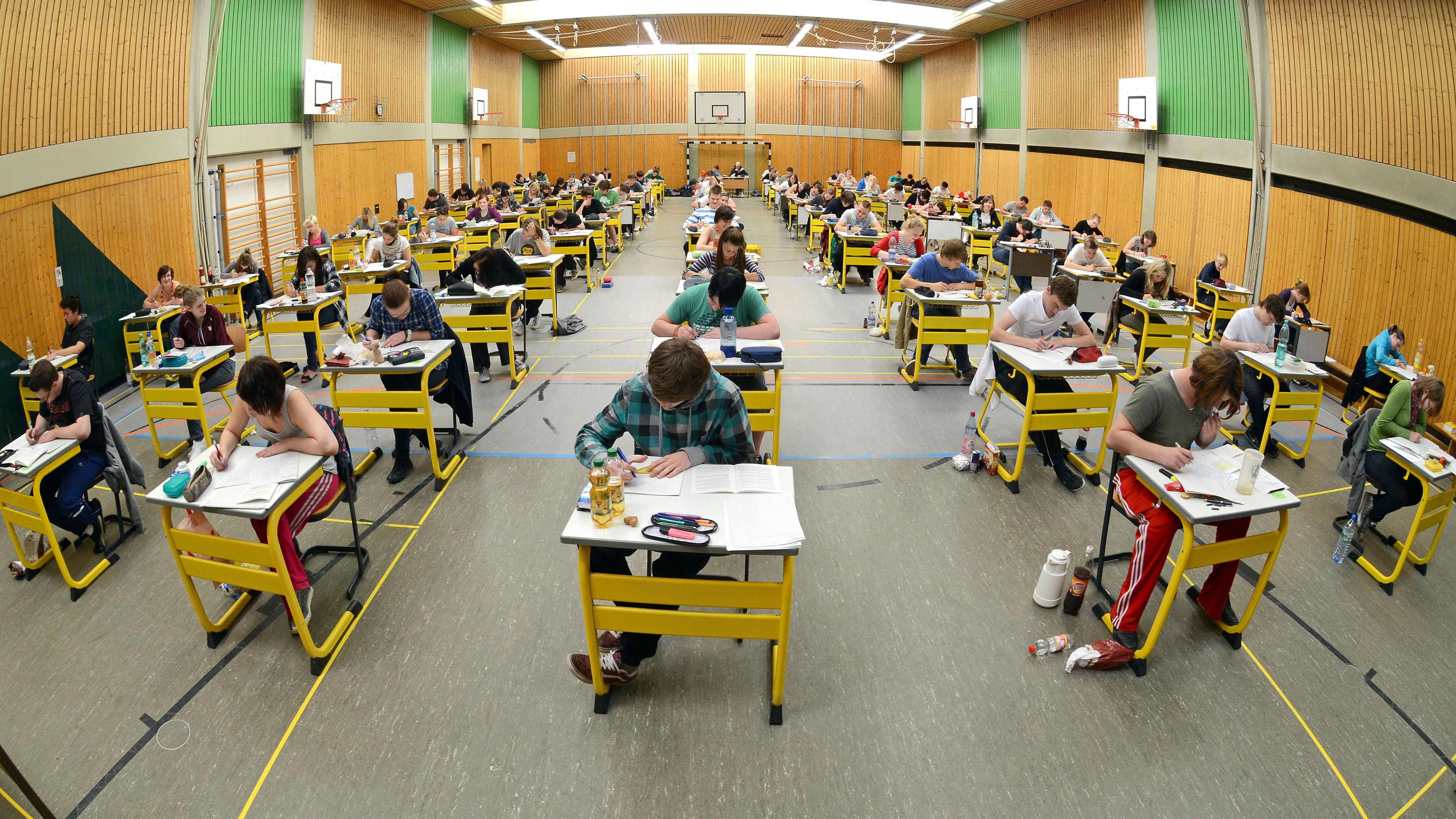 Schüler während der Abiturprüfungen am Anton-Bruckner-Gymnasium in Straubing.